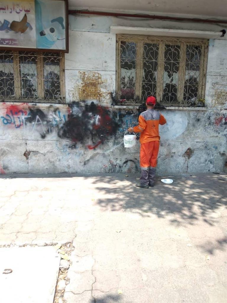 شهرداری رشت به طور روزانه نسبت به پاکسازی دیوارهای شهر اقدام می کند