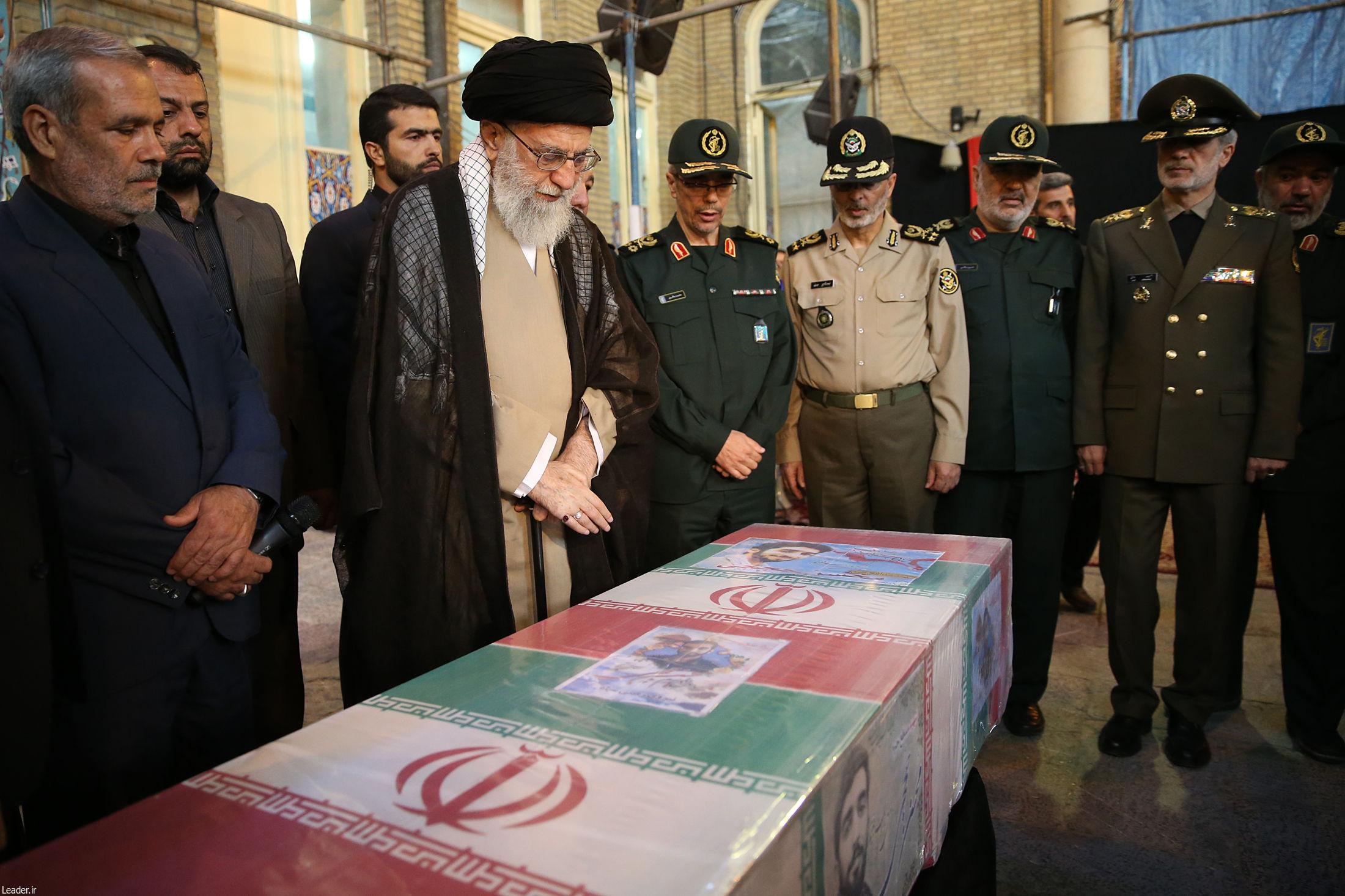 حضور رهبر معظم انقلاب در کنار پیکر مطهر شهیدحججی